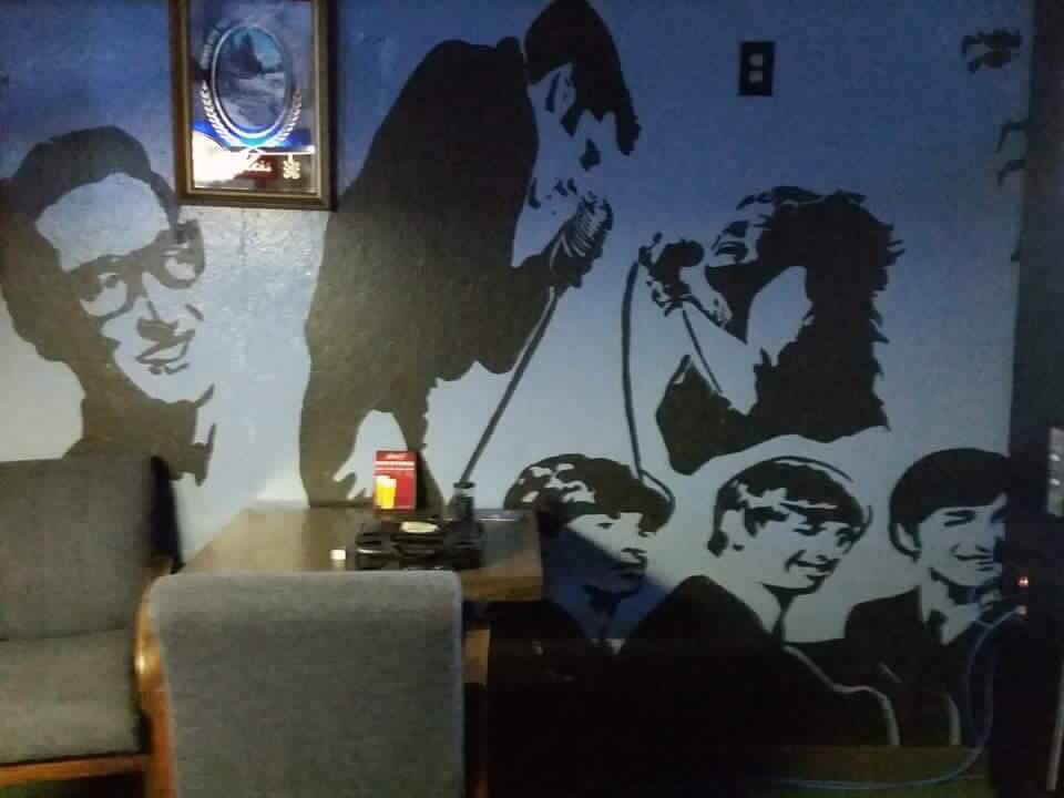 Roxy's Pub Contemporary